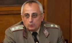 Министър Каракачанов защитава началника на Военна академия