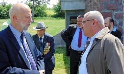 На снимката: Генералният ни консул в Ниш Едвин Сугарев разговаря със заместник-командира на Сухопътни войски бригаден геенерал Валери Цалов.