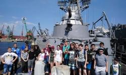 Военните моряци посрещнаха ученици на Деня на детето