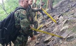 Военнослужещи от Сухопътните войски гасят пожар в Карловско