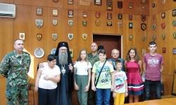 Дариха деца на загинали военнослужещи по случай първия учебен ден
