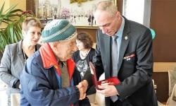На снимката: Полк. Манол Тенчев връчва отличието на 100-годишния ветеран Марин Шидеров.  Снимка Димитър Бебенов