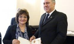 На снимката: Иво Антонов връчва юбилейния медал на Ани Иванова, председател на Областната организация на СВВБ в Кърджали.  Снимка Димитър Бебенов