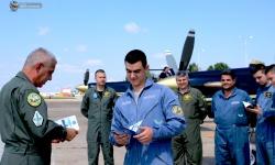 Курсанти с удостоверения за първи самостоятелни полети