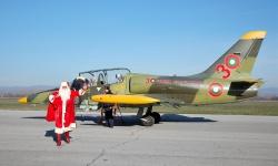 Дядо Коледа вече пристигна в авиобаза Граф Игнатиево