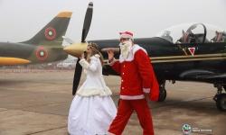 Дядо Коледа и Снежанка кацнаха и на летището в Долна Митрополия