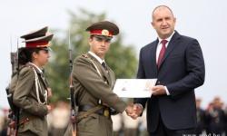 Президентът ген. Румен Радев връчи първите офицерски пагони на първенеца на випуск