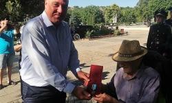 На голямо тържество в гр. Искър наградиха столетник ветеран от Втората световна война