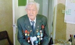 Полк. Иван Бончев с много поздравления, отличия и подаръци на своя стотен рожден ден