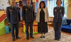 Командирът на ВВС зарадва деца от Перник