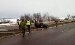Военнослужещи от Сухопътни войски помагат на пострадали при пътно-транспортно произшествие